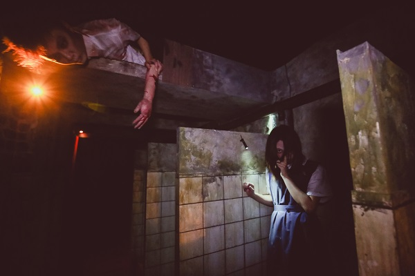 2014 Halloween Horror Nights 4 - Jing's Revenge - Dirty Toilet